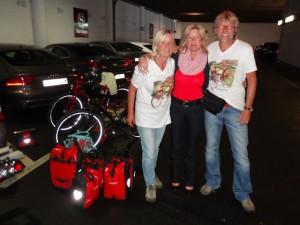 In Deutschland werden wir gleich von Moni und Axel in Empfang genommen. So kommt man doch gerne zurück: Zu guten Freunden!